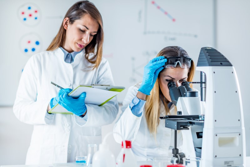 Female scientists perform tests in a laboratory.